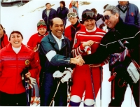 Olga Charvátová s rodiči a šéfem Světového poháru žen