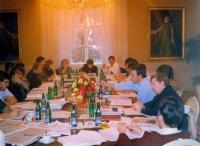 Anna Röschová spolu s dalšími členy ústavně právního výboru v Lánech při dokončování Ústavy České republiky
