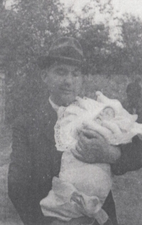 Jako dítě v náručí svého otce Josefa Doškáře