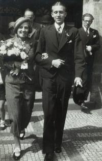 Svatební fotografie rodičů pamětnice Marie a Jindřicha Macháčkových, Staroměstská radnice Praha 1934. Vpravo Jiří Sklenář, bratr Marie