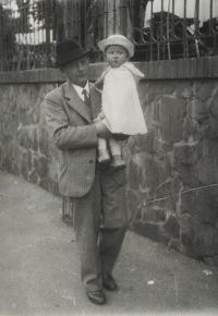 František Macháček z Kaznějova (údajně byl podobný dr. E. Benešovi), dědeček s Eviným bratrem Pavlem, 1936
