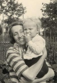 Františka Macháčková z Kaznějova, babička Evy Galleové s jejím bratrem Pavlem, 1936