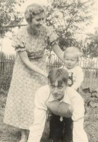 Marie a Jindřich Macháčkovi se synem Pavlem v Kaznějově, kde krátce žili, 1936