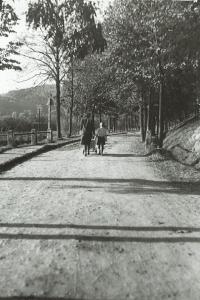 Maminka Evy (v kočárku) a Pavla na procházce v Tišnově, kde za války žili, 1940