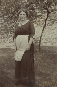 Marie (Mařenka) Rottová, babička Evy Galleové z matčiny strany, Kožlany 1915