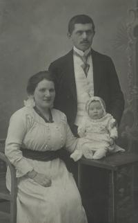 Maminka pamětnice Maruška (5 měsíců) s rodiči, 1916