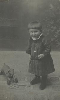 Maruška Rottová, maminka pamětnice, jako tříletá u fotografa, 1919