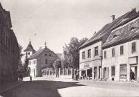 Příchod ke škole v Mirovicích; 1926