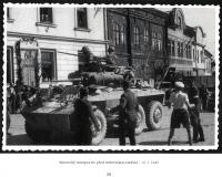 Američané před radnicí v Mirovicích; 9. května 1945