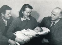 Jan Skrbek s maminkou Věrou a jejími rodiči, 1953