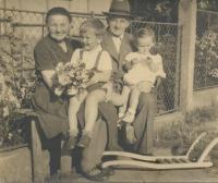 Se sestrou Evou a prarodiči Špikovými, 1957