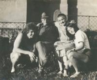 Jan Skrbek (vlevo) s prarodiči Špikovými a sestrou Evou, 1972