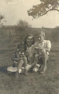 Eva (5 let), Irenka, mladší sestra tatínka, a Pavel, léto 1945