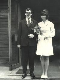 Svatební fotografie Evy a Arnošta (Archiho) Galleových, ONV Praha 7, 24. února 1972