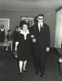 Svatba s Evou: Archi s maminkou Karolínou (Karličkou) na ONV Praha 7, 1972
