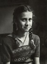 Portrét Evy v deseti letech, Praha 1950