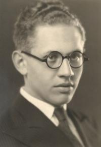 Jiří Sklenář, strýc Evy Galleové. Jako důstojník čs. armády byl nespravedlivě odsouzen v roce 1955, plně rehabilitován v roce 1992, Praha 1935