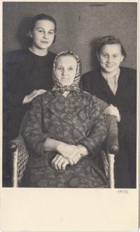 Zleva maminka, teta, prababička, 1939