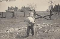 Pamětník v Širokém Dole u prarodičů, 1964