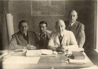 Ing. Jindřich Macháček (druhý zleva) s kolegy z práce, Žilina 1939