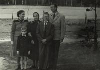 Zleva vzadu - Evina maminka, babička Macháčková, její syn Jindřich, Evin otec, zleva vpředu Evini bratři Martin a Pavel, Kožlany asi 1954