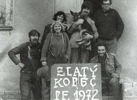 Eva (vzadu vlevo) a Archi (vzadu vpravo) s přáteli skauty, 1972