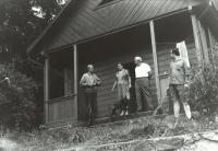 Zleva otec Jindřich, maminka a otec Archiho, Archi, chata u Rožmberku 1972