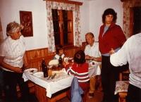 Eva (stojící vpravo) s rodiči a dětmi, chata u Rožmberka 1975