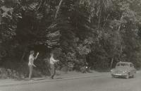 Eva na stopu v Polsku, do Varšavy jeli vlakem, potom stopem k lodím a po řece k moři, 1969