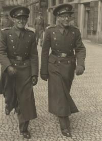 Jiří Sklenář vpravo, strýc pamětnice, odsouzený na šest let v nespravedlivém procesu v roce 1955, Praha asi 1946