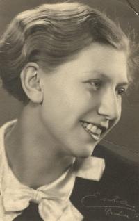 Marie (Maruška) Rottová, maminka pamětnice, asi v šestnácti letech, asi 1932