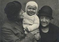 Zleva Marie Macháčková se synem Pavlem a babička Rottová z Kožlan, 1935