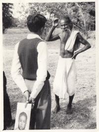 Epidemiolog hovoří s indickým obyvatelem o neštovicích při aktivním vyhledávání, Indie, 70. léta