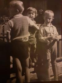 Eva s bratrem Pavlem (stojí zády) a kamarádem ze sousedství, Tišnov 1942