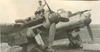 Prohlížení německého letadla v roce 1942