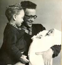 Václav Bedřich v roce 1959 s oběma syny