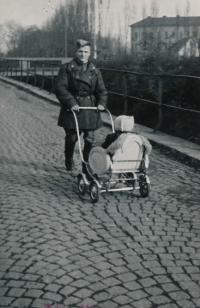 Sovětský voják vozí Evu v kočárku