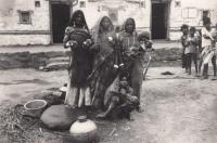 Fotografie indických žen z nejnižší kasty pořízená pamětníkem v Indii, 70. léta