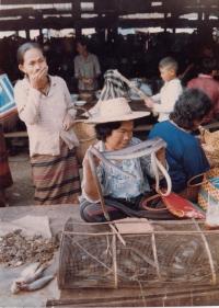 Tržiště v Laosu, foceno Vladimírem Zikmundem v 80. letech