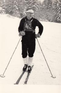 Vladimír Zikmund na lyžařských závodech Okresního ústavu národního zdraví jako závodník Krajské hygienické stanice v Liberci