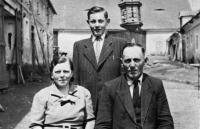 S rodiči Annou a Josefem na statku v osadě Krtín v obci Skapce, 50. léta