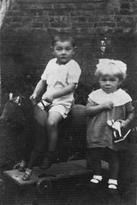 Se sestřenicí, Velký Špakov, Volyň, cca 1938