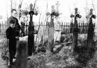 S otcem Josefem před odjezdem z Volyně, hřbitov ve Velkém Špakově, 1947