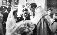 Jaroslav Moravec (druhý zprava) ministruje na svatbě ve Skapcích, konec 50. let