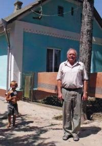 Jaroslav Moravec před rodným domem ve Velkém Špakově, Ukrajina, 2012