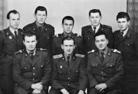 Jaroslav Moravec (druhý zprava nahoře) s vojáky základní vojenské služby, 50. léta