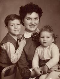 S maminkou a sestrou Jarmilou, 50. léta 20. stol.