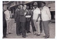 Vladimír Zikmund (v popředí s očkovací pistolí) s konžským ministrem zdravotnictví (v popředí s huňatou čepicí)