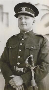 Jan Heindl ve vojenské uniformě a s šavlí po svém otci