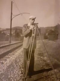 Evin tatínek při práci, jako geodet vyměřuje trať, Rožmberk - Vyšší Brod, 1956